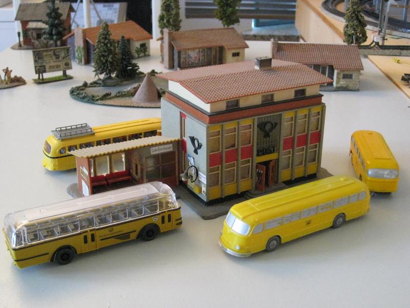 Faller Postamt B-211, 1962 umgeben von Wiking Bussen