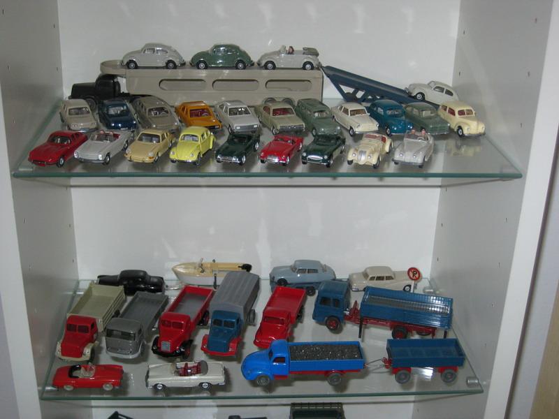 einige alte PKWs und LKWs